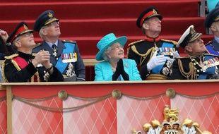 Des milliers de membres des forces armées ont participé samedi à une parade devant la reine Elizabeth II et son mari, le prince Philip, au château de Windsor, dans le cadre des festivités du jubilé de diamant de la souveraine britannique.