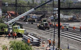 Des employés sur le site du déraillement de train qui a fait 8 morts à Philadelphie, le 15 mai 2015.