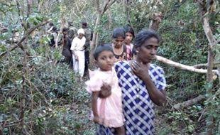 """Depuis une semaine, 25.000 civils tamouls ont fui la zone de guerre, mais 100.000 seraient encore coincés et serviraient de """"boucliers humains"""" aux insurgés, affirme l'armée."""