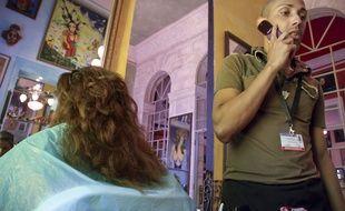 Un coiffeur au téléphone (illustration).