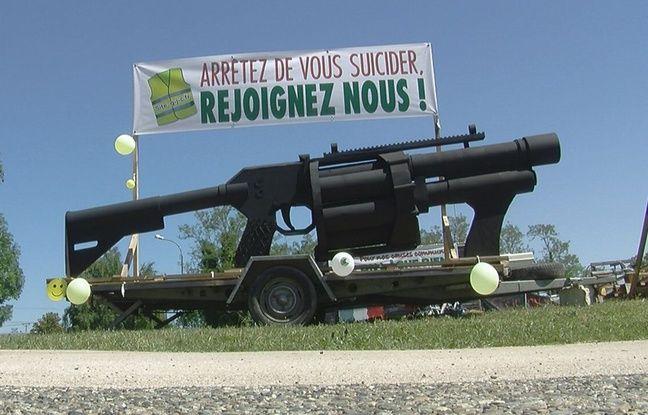 Haute-Garonne: Un LBD géant imaginé par un artiste fait sensation sur un rond-point de «gilets jaunes»
