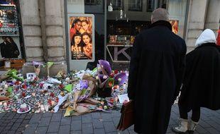 Des hommages aux victimes de l'attentat à Strasbourg dans la rue des Grandes Arcades. Illustratio
