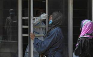 Une femme se fait tester pour le Covid-19 à Hyderabad, en Inde, le 6 avril 2021.