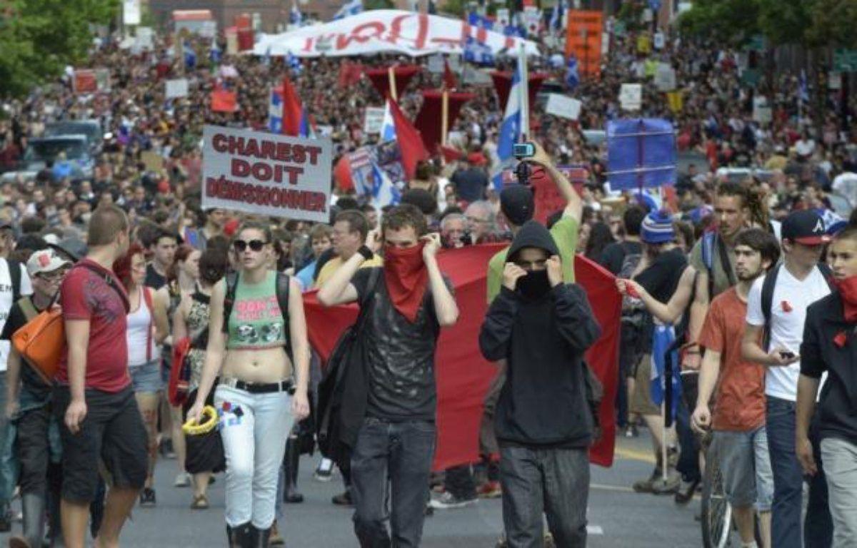 Quelque 400 personnes ont été interpellées dans la nuit de mercredi à jeudi à Montréal au terme d'une manifestation festive, déclarée illégale par les autorités, qui l'ont néanmoins tolérée pendant plus de trois heures, avant quelques débordements. – Steeve Duguay afp.com