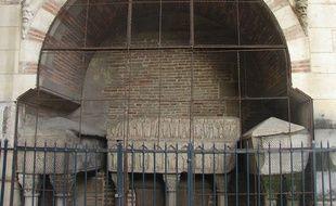 L'enfeu de la paroisse Saint-Sernin. Les deux sarcophages latéraux seront ouverts en novembre 2019.