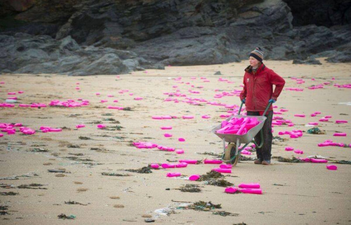 Des milliers de bidons de lessive se sont échoués sur cette plage de Cornouailles, en Angleterre. – Lizard National Trust / Facebook
