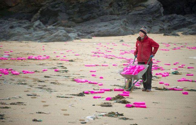 Des milliers de bidons de lessive se sont échoués sur cette plage de Cornouailles, en Angleterre.