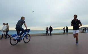Sportifs et voitures se côtoient sur la promenade des Anglais de Nice.