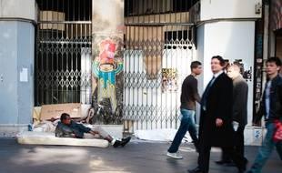 Un SDF allongé sur un trottoir de la canebière à Marseille