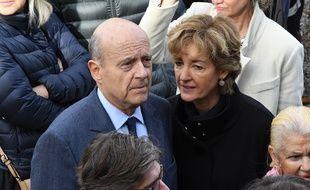 Le candidat était accompagné de sa femme.