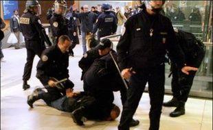 """Aux cris de """"Sarkozy, enc...!"""", """"Police partout, justice nulle part!"""" ou """"A bas l'Etat, les flics et les patrons !"""", les jeunes émeutiers avaient insulté policiers et gendarmes, dont certains en tenue anti-émeute."""
