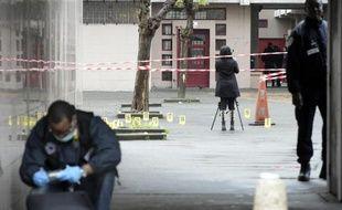 Des policiers devant un immeuble après une fusillade le 30 avril 2015 à Saint-Ouen
