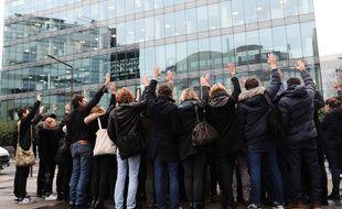 Des salariés d'iTélé réunis devant le siège de la chaîne à Boulogne, le 7 novembre 2016. AFP PHOTO / Thomas SAMSON