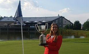 La golfeuse espagnole Celia Barquin Arozamena en 2018, avec son trophée du tournoi amateur européen