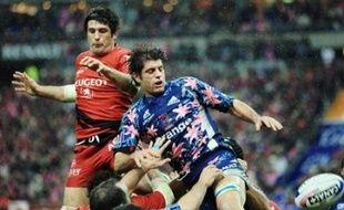 Clermont, impressionnant vainqueur de Montpellier (56-14), est revenu à une longueur du leader, Toulouse, dont l'équipe bis a été balayée par Paris (29-0) dans le choc des Stades, samedi soir au Stade de France, en épilogue de la 15e journée du Top 14 de rugby.