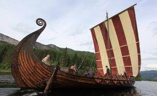 Un drakkar, un reproduction d'un bâteau de l'époque des Vikings, qui accueille des lycéens norvégiens suivant des cours dédies à cette période de l'histoire