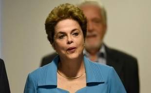 La présidente de gauche du Brésil Dilma Rousseff arrive pour donner une conférence de presse au palais Planalto (présidence) à Brasilia, le 18 avril 2016, au lendemain du vote sur sa destitution