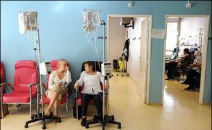 Deux femmes durant leur séance de chimiothérapie à l'Hôpital de jour du service d'hematologie de la Pitie Salpetriere. (Illustration)