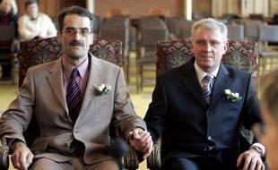 """Le premier couple pacsé de France en 1999 a exprimé """"sa grande joie"""" mercredi après l'adoption la veille de la loi sur le mariage homosexuel, les deux hommes affirmant n'avoir """"jamais été aussi fiers d'être Français""""."""