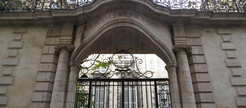 A Bordeaux, l'Hôtel Ragueneau, un bâtiment du 17 e siècle qui abritait les archives municipales, pourrait accueillir une maison du dessin de presse.