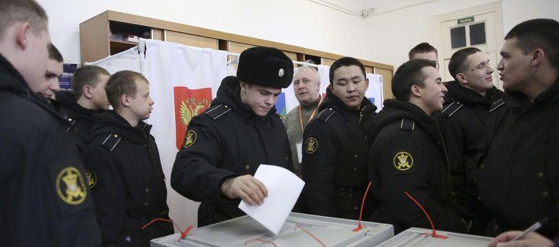 Des marins russes votent à Vladivostok, le 18 mars 2018.