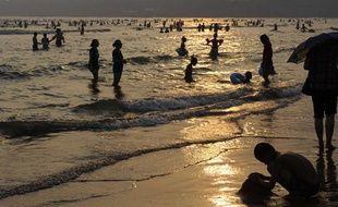 En Chine, la Nina a réchauffé la température de surface des mers, comme à Qingdao où les baigneurs étaient nombreux en août 2010.