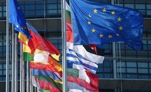 Les drapeaux européens alignés devant le Parlement à Strasbourg.