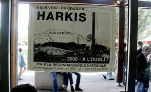 Une affiche aposée le 10 juin 2006 dans la salle des fêtes de Bias (Landes), où fut érigé un camp (1962-1983) de regroupement des harkis, après l'indépendance de l'Algérie