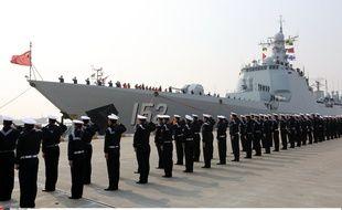 Des militaires chinois devant le destroyer Jinan dans le port de Zhoushan (Province de Zhejiang), le 5 février 2016.