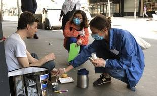 Paris, le 8 avril 2020. Myriam (à gauche) et Marie-Anne du Secours Catholique effectuent une maraude pour venir en aide aux sans-abri comme Jérémie, en pleine pandémie.