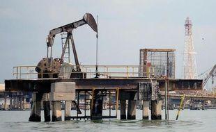 Vue d'un site pétrolier sur le lac de Maracaibo au Venezuela