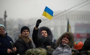 Après ses cours à l'université, Lioubov, 19 ans, va parler longuement avec les soldats juchés sur un camion qui assurent la protection du quartier gouvernemental à Kiev.