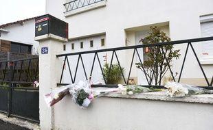 Des fleurs déposées devant la maison de la famille Troadec en mars dans la ville d'Orvault.
