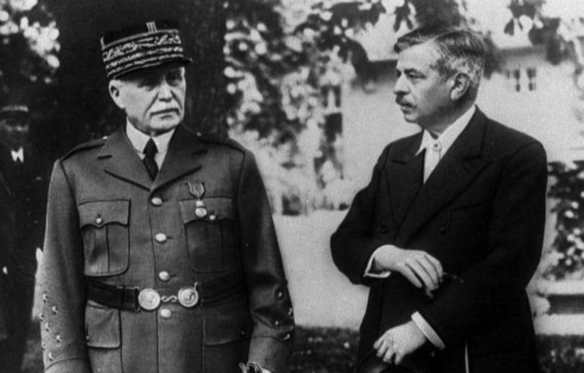 Le maréchal Pétain et Pierre Laval, son chef de gouvernement, à Vichy, en 1943. – COLLECTION YLI/SIPA