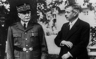 Le maréchal Pétain et Pierre Laval, son chef de gouvernement, à Vichy, en 1943.