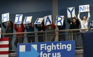 Des militants pendant un meeting d'Hillary Clinton, candidate à la primaire démocrate aux Etats-Unis, le 8 février 2016 à Manchester, dans le New Hanpshire