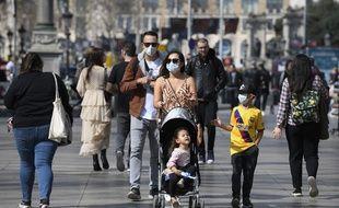 Une famille se promène sur les Ramblas à Barcelone en Espagne, le 13 mars 2020.