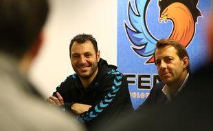 Jérôme Fernandez (à gauche), handballeur international du Fenix Toulouse, et le président Philippe Dallard, lors d'une conférence de presse, le 29 janvier 2014 à Toulouse.
