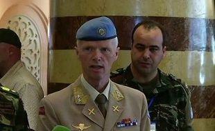 """Le chef des observateurs de l'ONU en Syrie, le général Robert Mood, a critiqué sur un ton inhabituel mercredi la communauté internationale qui ne fait selon lui que palabrer dans de """"beaux hôtels"""" sans remédier à l'enlisement du conflit syrien."""