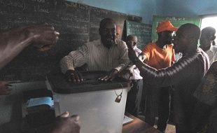 Dans un bureau de vote à Libreville (Gabon), le jour de l'élection présidentielle le 30 août 2009.