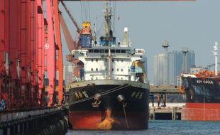 Un cargo accoste au port de Lianyungang (est de la Chine), le 8 septembre 2015