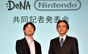 Isao Moriyasu, président de DeNA et Satoru Iwata, patron de Nintendo, annoncent un partenariat pour des jeux sur mobile, le 17 mars 2015.
