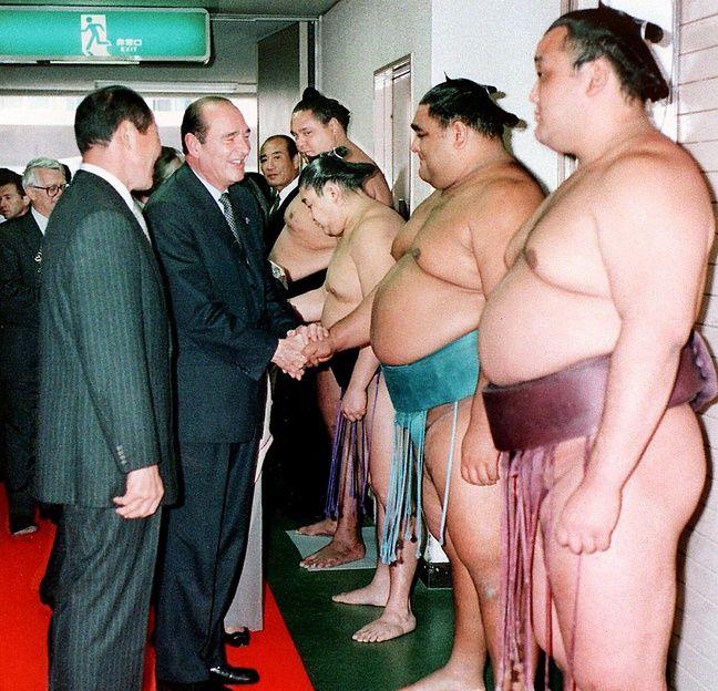 Jacques Chirac accueilli par les champions de sumo à Fukuoka, le 21 novembre 1996.