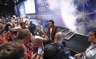 Amir, candidat français à l'Eurovision 2016, face aux médias à l'issue d'une conférence de presse, le 13 mai 2016, à Stockholm (Suède).