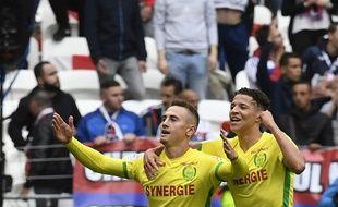 Valentin Rongier, félicité par Harit, lors de son but à Lyon.