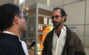 Cédric Herrou et son avocat Zia Oloumi, ce lundi au tribunal correctionnel de Nice.