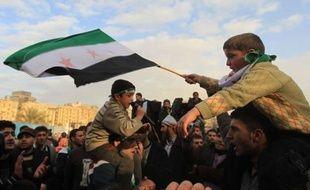 Les chefs de diplomatie arabes ont adopté dimanche une nouvelle initiative pour un règlement en Syrie prévoyant un transfert de pouvoirs du président Bachar al-Assad à son adjoint et un cabinet d'union, avec l'intention d'obtenir le soutien de l'ONU à leur plan.