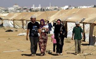Dans le camp jordanien de Zaatari, qui accueille des milliers de Syriens, des médecins français montent un hôpital de campagne sous le regard de dizaines de réfugiés, heureux de cette aide mais qui auraient préféré une intervention militaire.