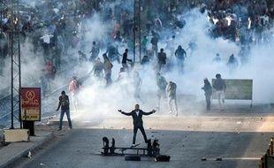 Des partisans des Frères musulmans et du président déchu Mohammed Morsi  affrontent la police anti-émeutes au Caire, le 6 décembre 2013
