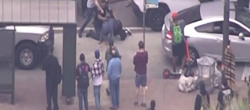 Un policier en difficulté face à des manifestants à Los Angeles, le 29 mai 2020.